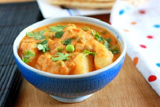 Aloo Mutter Masala (Potatoes and Green Peas in Gravy)